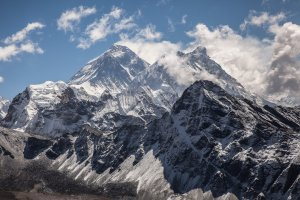everest-chomolungma-nature-mountain-snow-clouds